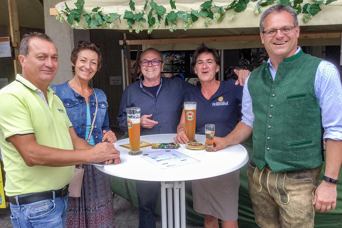 Muk Heigl (Mitte) betreut den Baumburger-Stand beim Regionaltag.