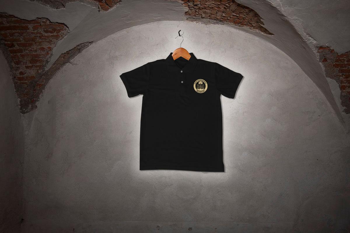 Poloshirt (schwarz) mit dem Logo der Klosterbrauerei Baumburg
